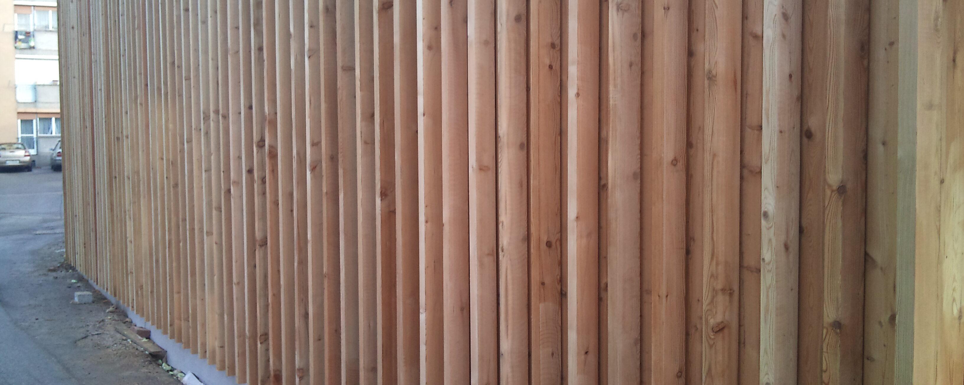 Lesena fasada sibirski macesen s okrasnimi lesenimi morali
