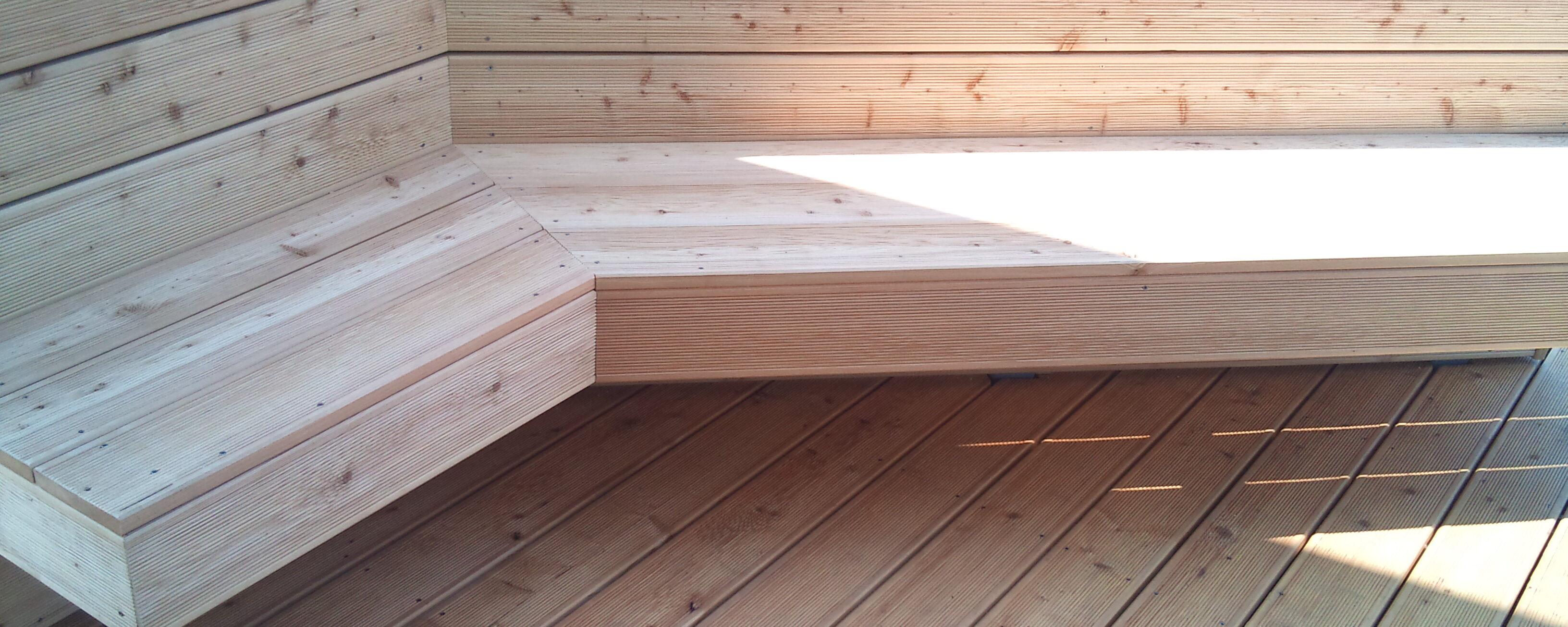 Lesena terasa sibirski macesen s klopco, ki nudi oviro pred radovednimi pogledi