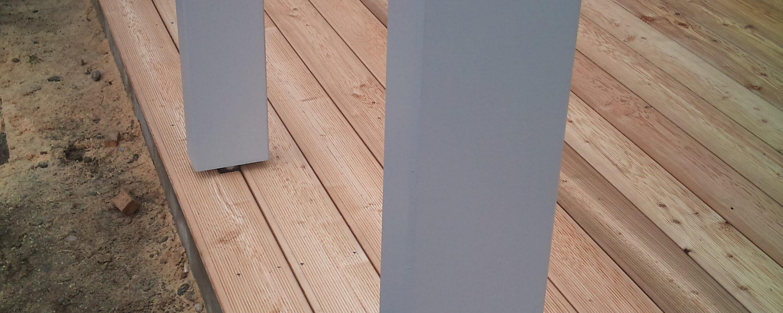Lesena terasa sibirski macesen na betonski podlagi
