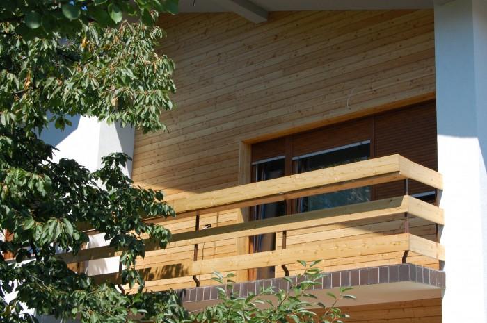 Oljena lesena fasada sibirski macesen, stara 3 leta