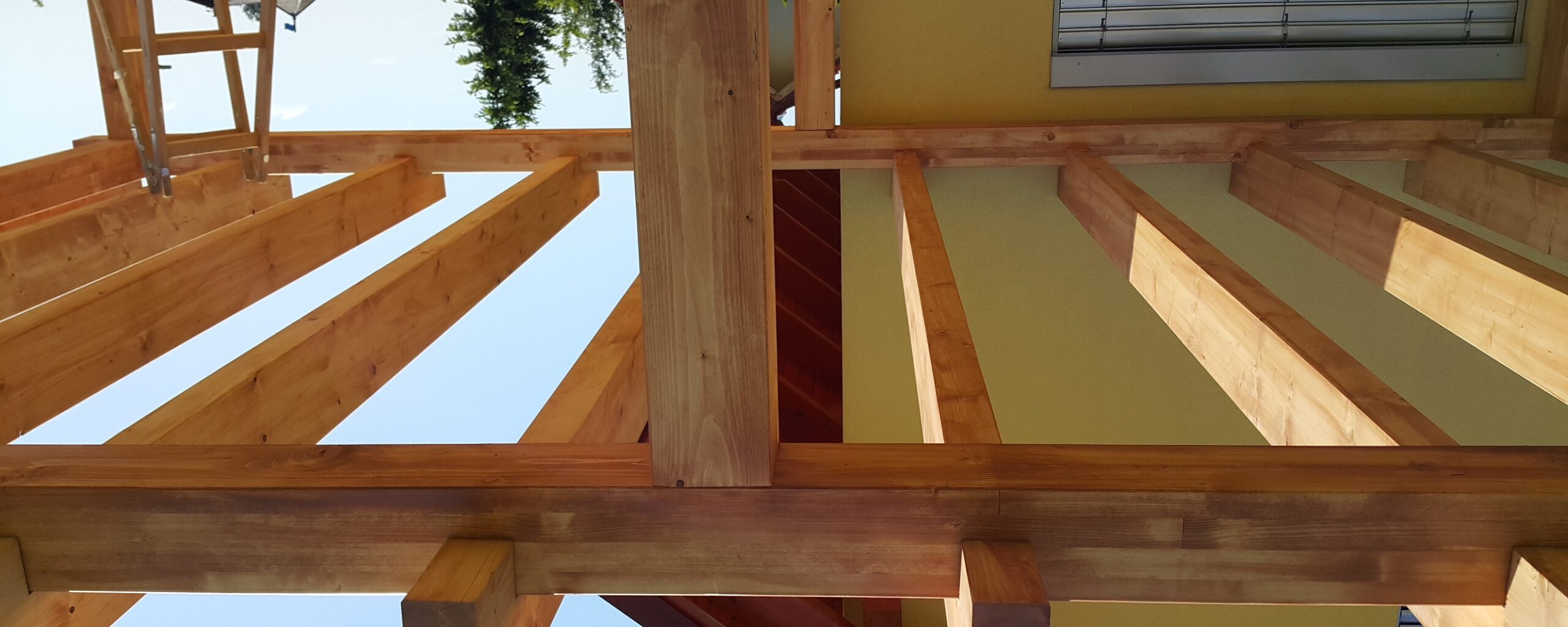 Pergola nadstrešnica iz lesnih lepljencev, brez vidnih vijakov