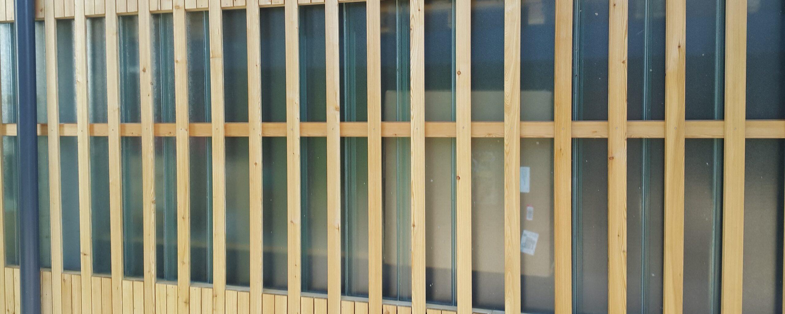 Lesena fasada Sibirski macesen z nevidnim sistemom pritrjevanja