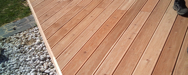 Lesena terasa sibirski macesen vidno vijačena s solida vijaki