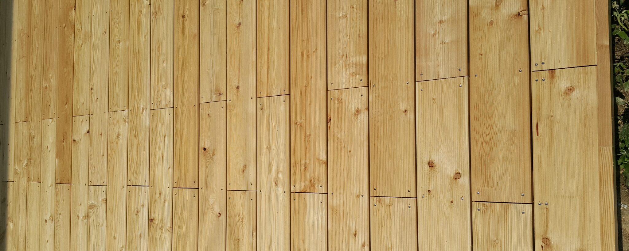 Lesena terasa iz sibirskega macesna vidno vijačena