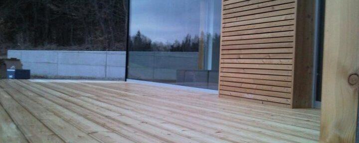 Lesena fasada in terasa iz sibirskega macesna z vidnim pritrjevanjem